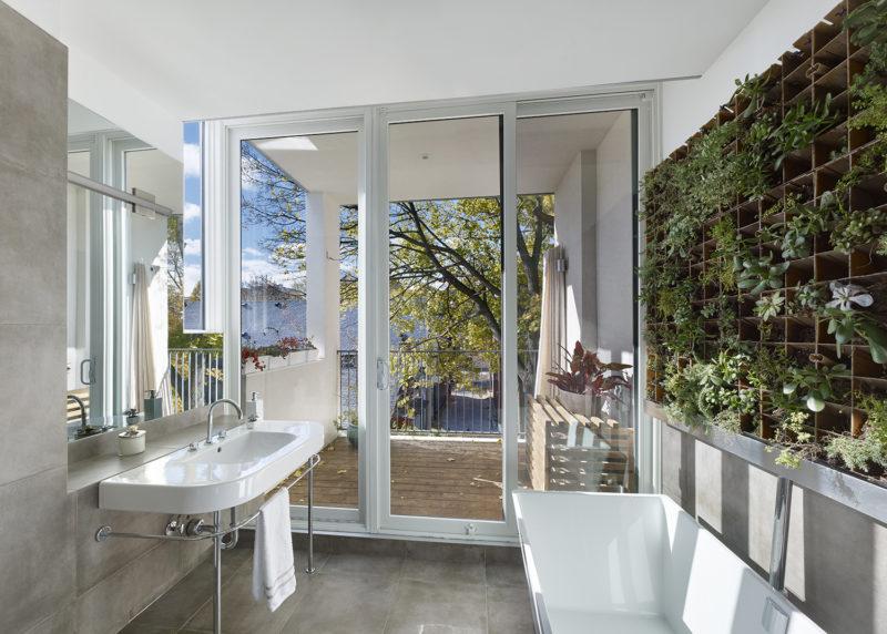 Koupelnu zdobí stěna z živých květin