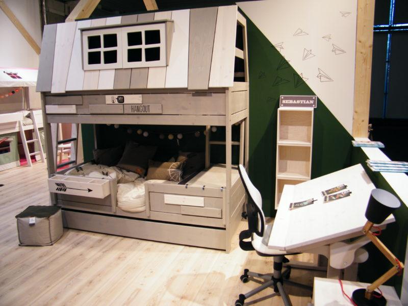 U některých stolů můžeme nastavit výšku pracovní desky a její sklon.