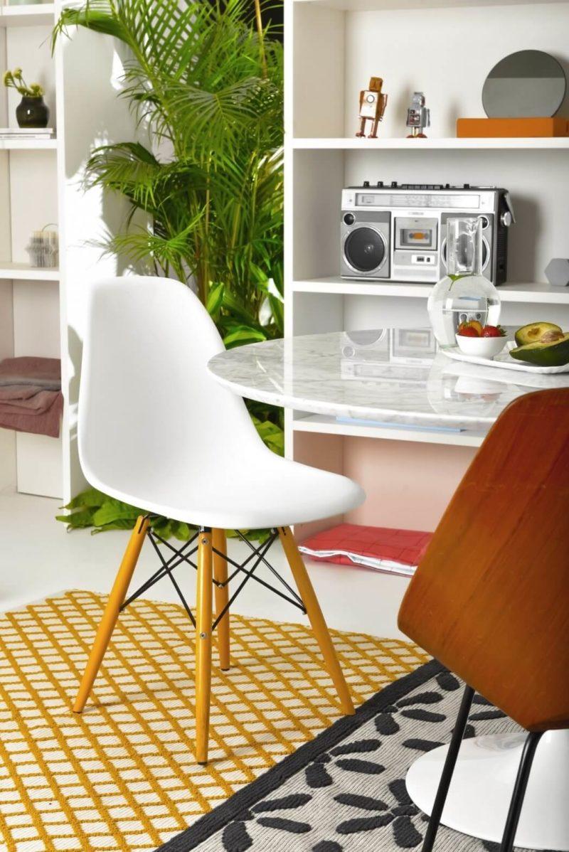 Klasická jídelní židle od firmy Vitra do takto pojatého bytu patří