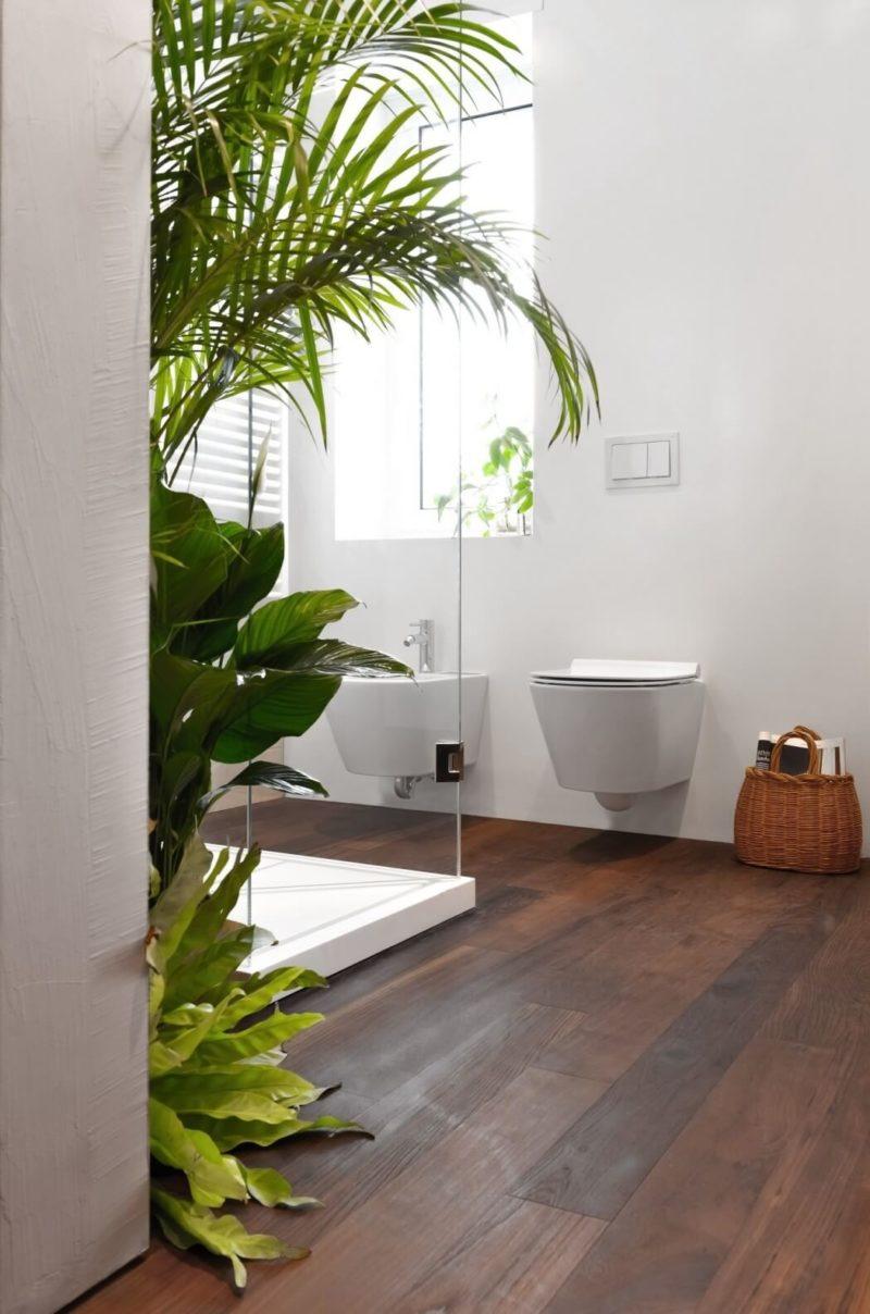 Bujná vegetace nechybí ani v koupelně