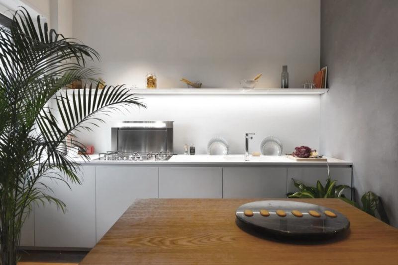 Na přání majitelů chybí v kuchyni horní skříňky