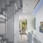 Jednoduše zařízenému interiéru dominantní schodiště sluší