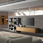 V rozlehlých místnostech můžeme prostor rozčlenit příčkami. Aby prostor zůstal opticky vzdušný, může být část stěny prosklená.
