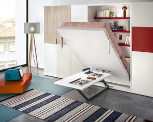 V garsonce oceníte model 3v1. Za stěnou se ukrývá postel i knihovna. Ve složeném stavu tu jek dispozici jídelní stůl. Clei