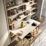 Do malých bytů se hodí knihovna s integrovaným sklopným stolem. Clei