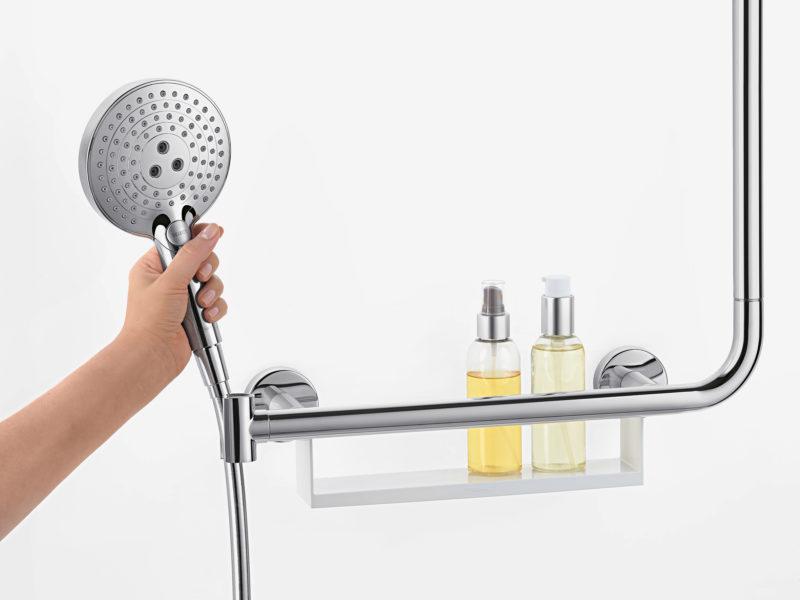 Na hlavovou sprchu je držák i u nástěnné police.