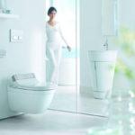Bidetové sedátko SensoWash s dálkovým ovládáním pro hýžďovou sprchu, komfortní sprchu a lady sprchu. Intenzita a pozice sprchového paprsku stejně jako teplota vody jsou nastavitelné svítícími symboly tak, aby odpovídaly osobním potřebám. Nechybí funkce nočního světla.