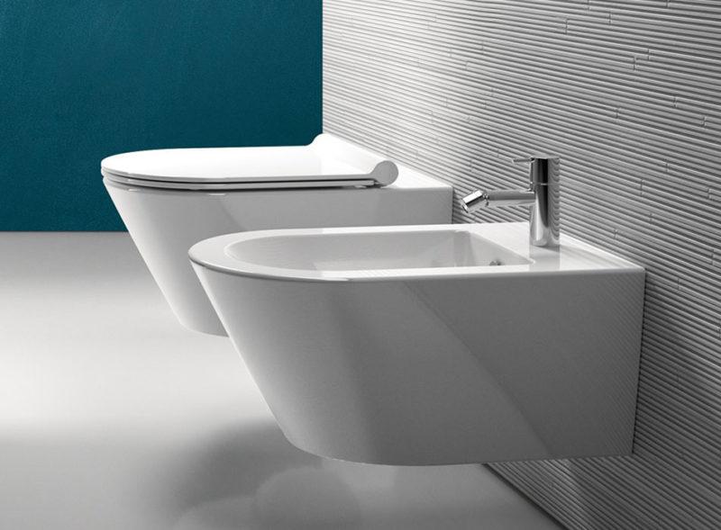 WC a bidet patří vedle sebe do jedné místnosti.