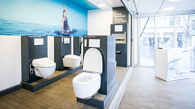 Vnitřní část showroomu nabízí kompletní portfolio toalet Geberit AquaClean.