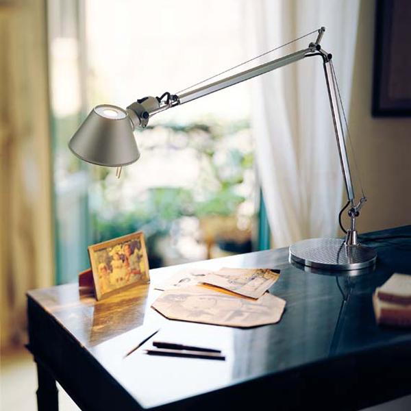 Design lampy Tolomeo navrhli vroce 1987 Michele De Lucchi a Giancarlo Fassina pro firmu Artemide. Provedení: lakovaný hliník, zdroj světla žárovka 60 W