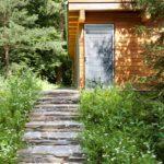 Zahradní domek je v duchu architektury, málokoho by napadlo, že tam původně nestál.
