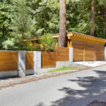 Na pozemku s rozlohou 2 559 m2 byla nově postavena garáž pro 2 auta s jednoduchou dřevěnou konstrukcí