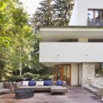 směrem do zahrady je prostorná terasa, na kterou se vejde pohodlné sezení