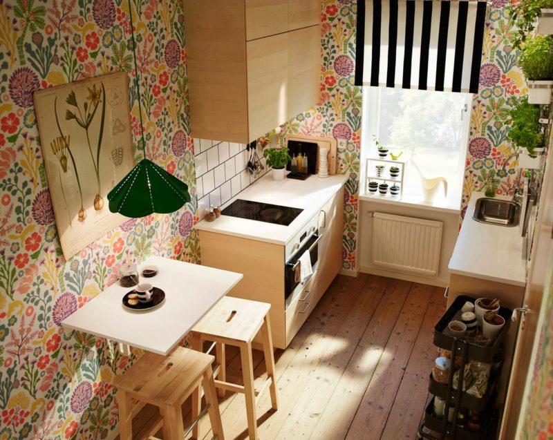 Do úzké kuchyně volíme podlahu, která opticky nebude místnost prodlužovat.