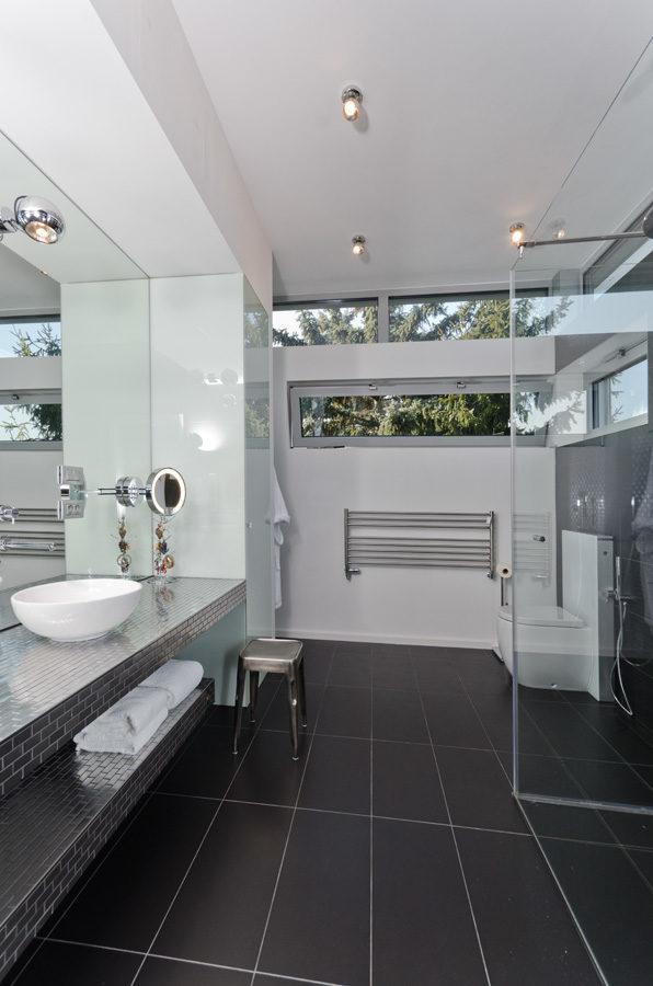 Neviditelné reproduktory tvoří nerušenou součást koupelny.