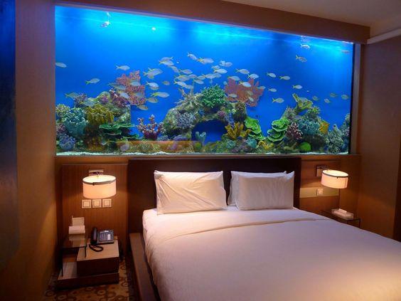 Díky uklidňujícímu efektu akvárium do ložnice patří.