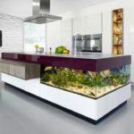 Akvárium jako součást kuchyňské ostrůvku je neotřelý nápad, kterým vždy zaujmete.
