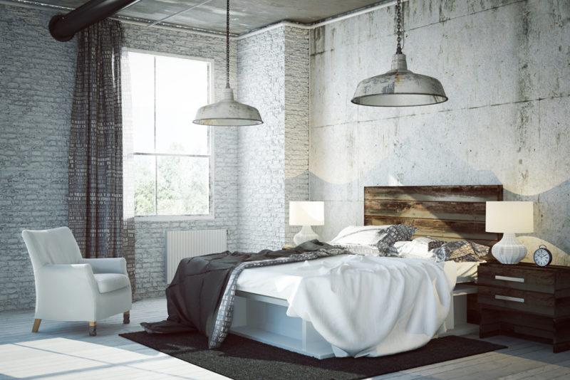 Stěny zodhalených cihel a přiznaného betonuse dají kombinovat svybavením a doplňky zpřírodních materiálů jako je dřevo nebo kov.
