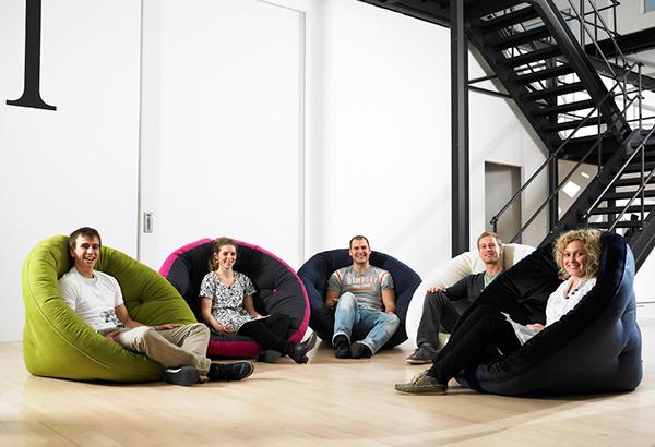 Sedátka Nest, deisgn Nido, lze rozložit, takže z nich získáte pohodlnou matraci na odpočinek vleže.