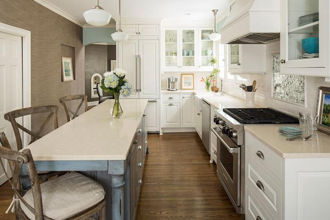 Proti skříňkám je vhodné postavit kuchyňský ostrůvek. Tehdy si nebudou překážet otevřená dvířka proti sobě.