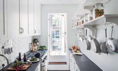 Velkou roli v malé úzké kuchyni hraje světlo. Ideální je denní v kombinaci s dostatečným počtem lamp.