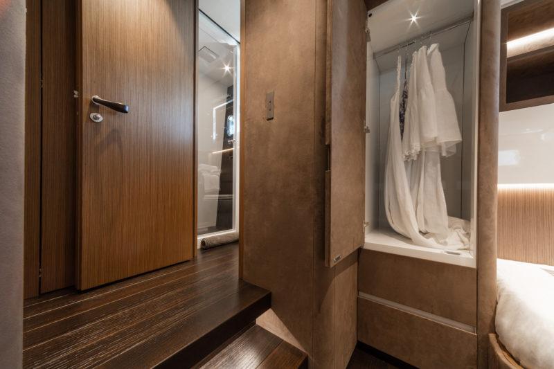 Veškerý nábytek je vyroben na míru. Jsou použity velmi luxusní materiály, jako je ebenové dřevo, kůže a onyx