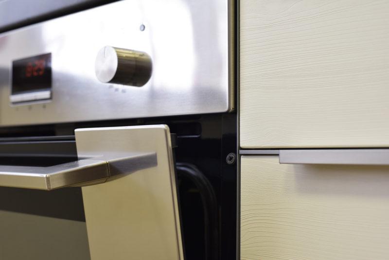 Tepelný štít je kovová lišta mezi nábytkem a troubou