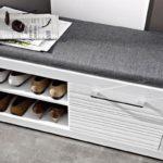 Botník, který zároveň slouží jako pohodlná lavice, se neztratí v žádné předsíni.