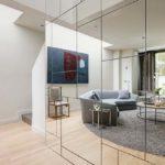 Stěnu, která bude násobit rozlohu pokoje, můžete vytvořit třeba ze samostatně nalepených dílců nebo z vestavné skříně se zrcadlovými dveřmi.