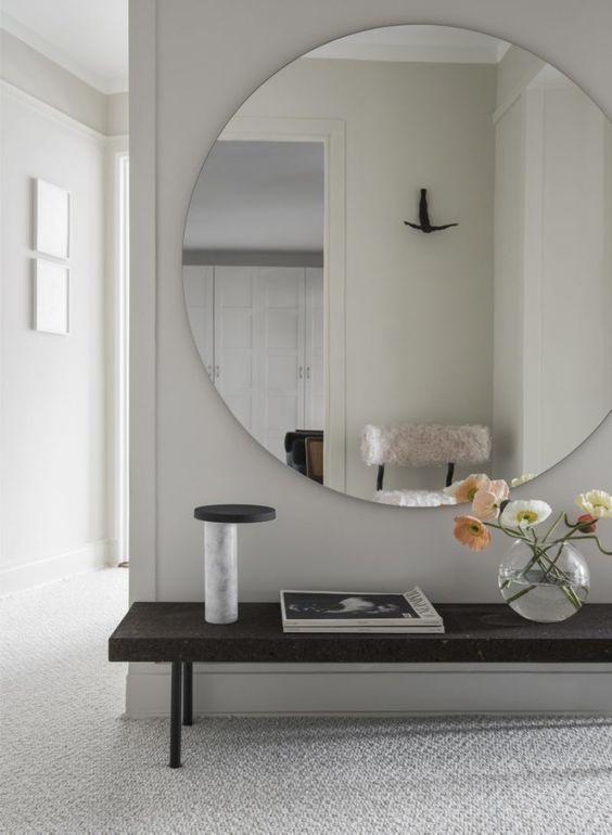 Kulaté zrcadlo opticky rozbije jednolitou plochu a bude zároveň i samostatným dekorativním prvkem