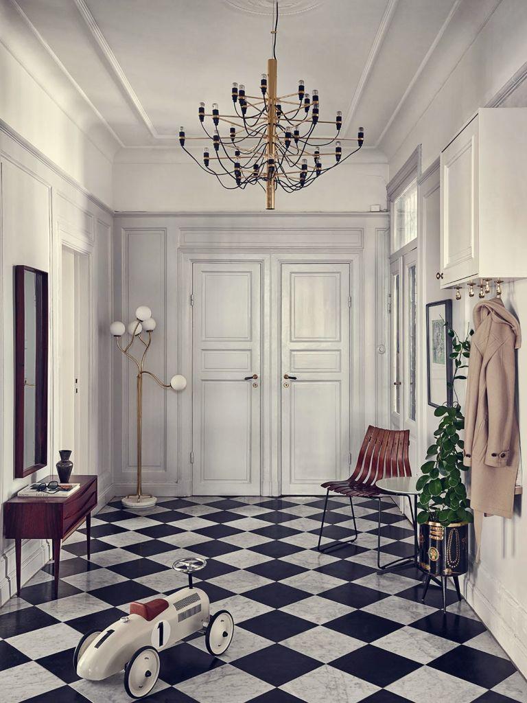 Ve vstupní hale s vysokým stropem si můžete dovolit i košatý lustr