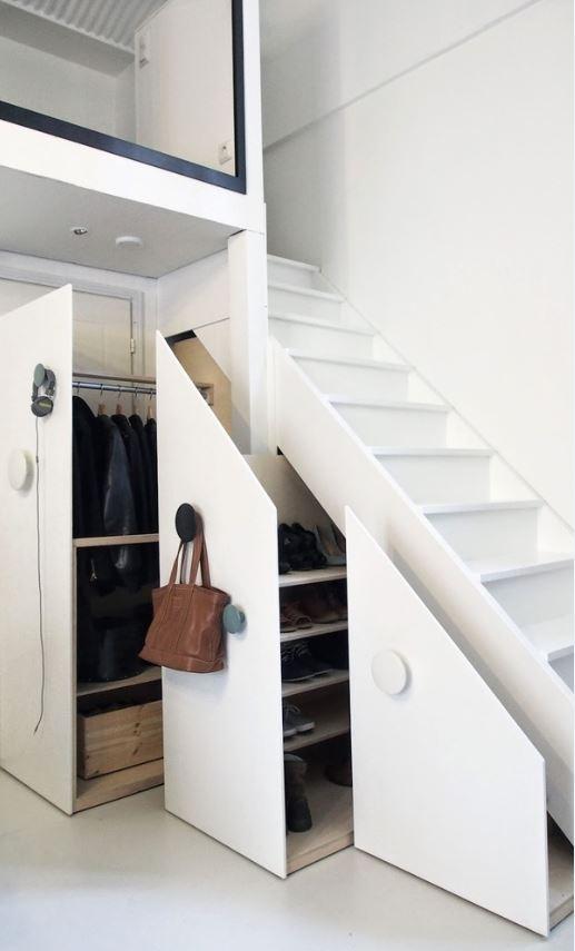 Skříňky se pod schody navrhují na míru. Patří k finančně náročným