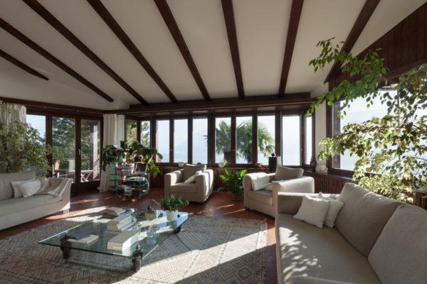 Prodloužení pokoje můžete docílit také přiznanými trámy na stropě.