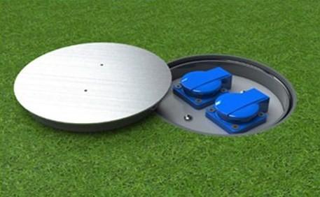 Venkovní podzemní zásuvka s potřebným krytím (IP67) proti vodě a prachu.