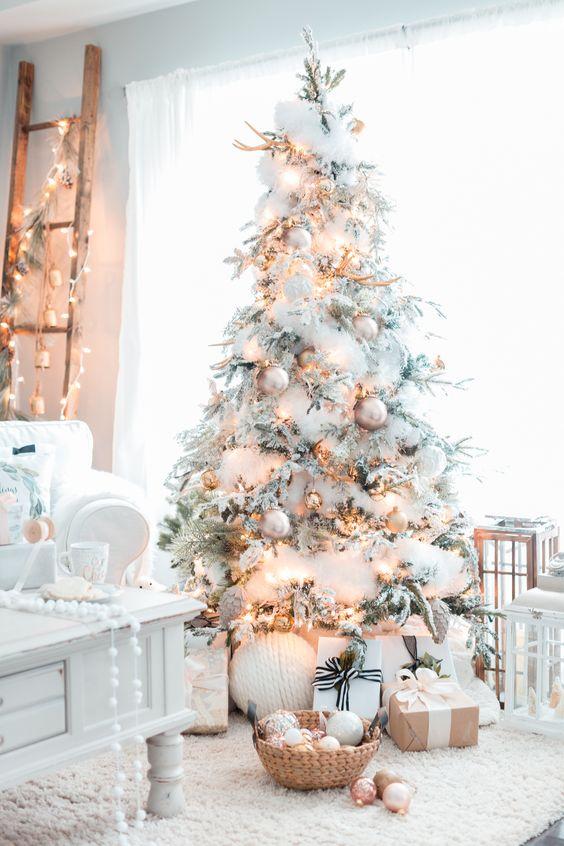 Bílé stromky byly v kurzu už loňské Vánoce. Letos jimi rozhodně nic nezkazíte.