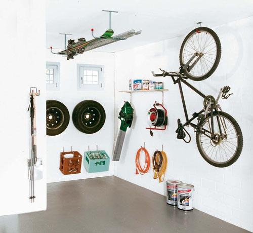 Pokud není místa nazbyt, můžete držáky instalovat i do stropu.