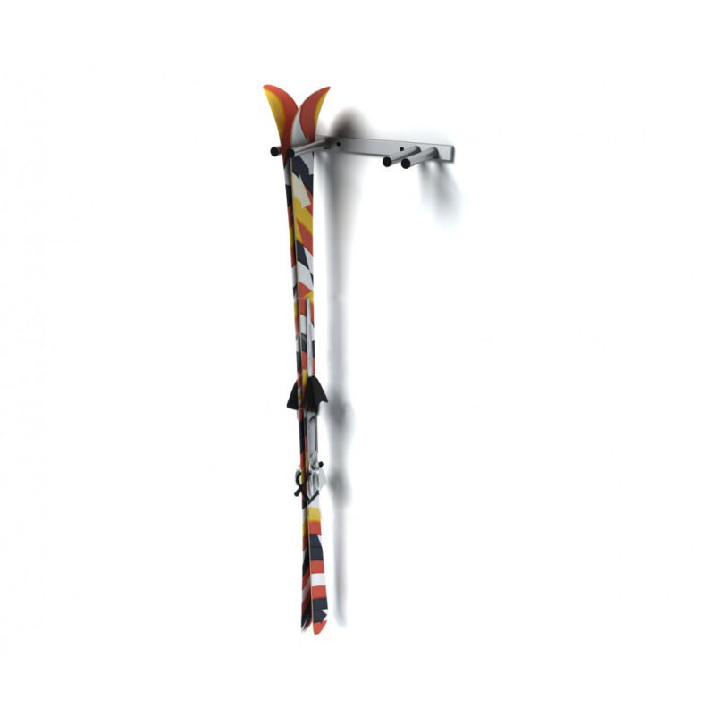 Vertikální držáky lyží mohou snadno využívat i děti. Držák firmy Kovtec