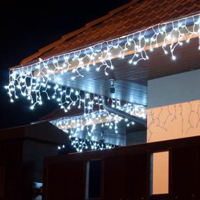 Častou světelnou dekorací je girlanda z LED rampouchů