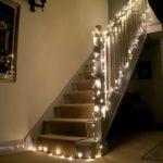 Nezapomeňte ve svých domovech i na chodby. Velmi pěkně působí osvětlení schodiště.