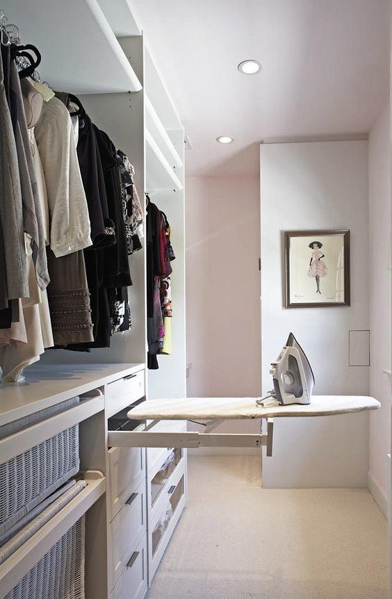 Součástí vybavení šatní skříně může být i výsuvné žehlicí prkno