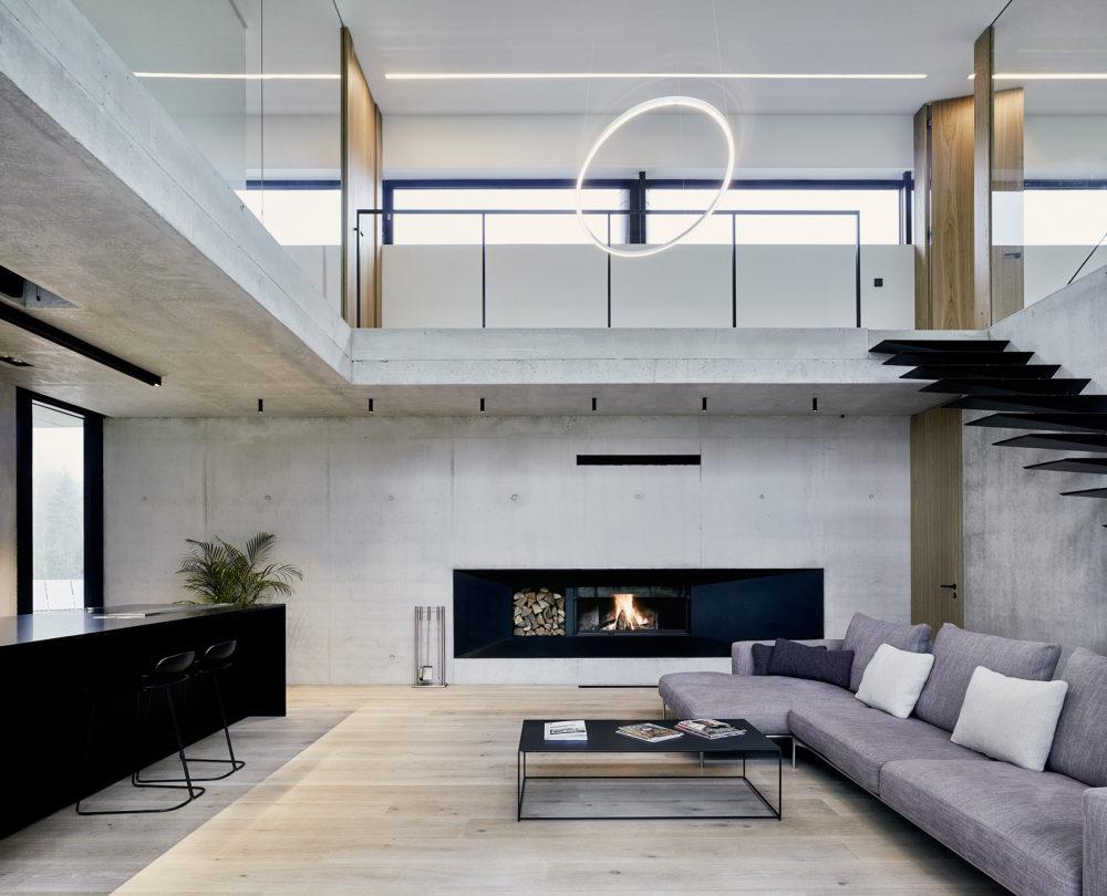Schody z obýváku a jídelny v přízemí vedou do klidové zóny (kanceláře a prostorné ložnice s terasou) v prvním patře.