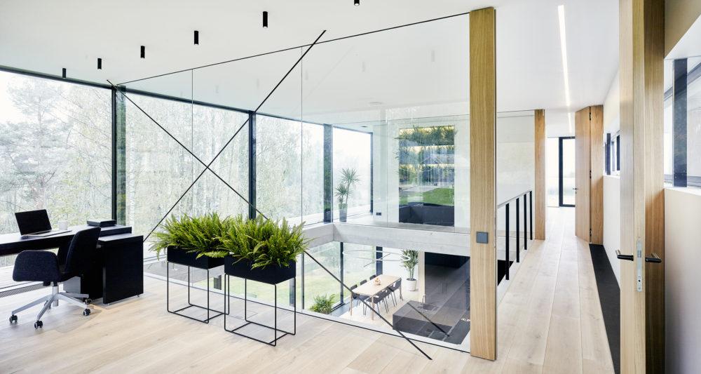 Obývací pokoj se otevírá do patra s galerií, která zpřístupňuje kancelář, ložnici a koupelnu. Ze všech místností se naskýtají fascinující výhledy přes koruny stropů do údolí řeky Gauji.