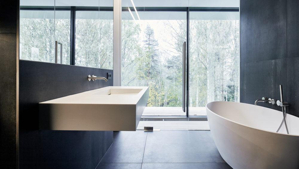 Nádherné výhledy jsou i z koupelny. Okolní příroda zajišťuje naprosté soukromí.