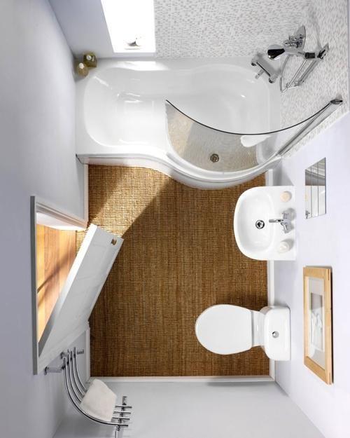 Tvarovaná vana poskytující dostatečný komfort. Díky zúžené části por nohy se vejde i do malé koupelny.
