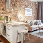 Místnost můžete oživit i výrazným dekorem jedné stěny. Díky němu pak zapomenete, že je prostor malý.