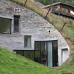 Fasáda je tvořena z kamenného obkladu a pohledového betonu.