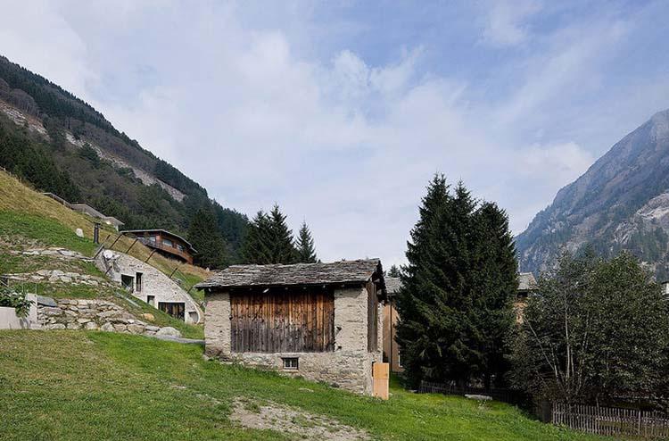 Nedaleká stodola slouží jako garáž a sklad a je spojena podzemním tunelem s domem.