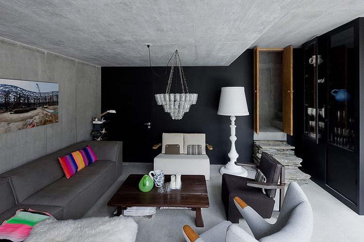 Architekt ponechal v interiéru materiály v původní podobě a místnosti zateplil pomocí nábytku, dekorací a vhodně zvolenou kombinací barev.