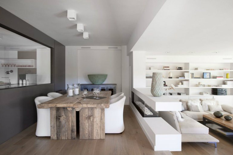 Trendem posledních let jsou stoly z naoko neopracovaného dřeva.