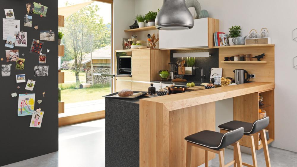 Barový pult rozšiřuje odkládací prostor při vaření a zároveň poskytuje místo pro rychlé občerstvení.